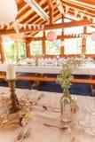 Sjaskig chic lantlig garnering för brölloptabellvete arkivfoto