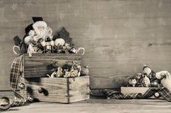 Sjaskig chic trägrå julbakgrund med jultomtendecorati Arkivbilder