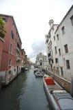 Sjaskig kanal i Venedig Arkivbild