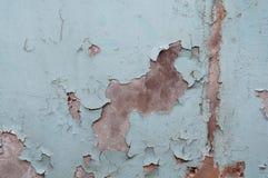 Sjaskig vägg med kvarlevor av blå målarfärg royaltyfri fotografi