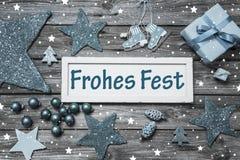 Sjaskigt chic tyskt julkort med text i blått, grå färger och wh Fotografering för Bildbyråer