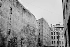 Sjaskigt hus i mitten av St Petersburg Royaltyfri Fotografi