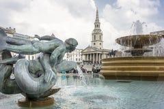 Sjöjungfru- och delfinstaty och springbrunn, Trafalgar Square, London Arkivbilder