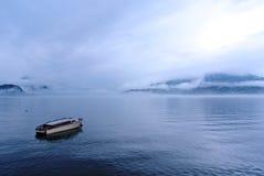 Sjölandskap på en dimmig morgon; retro stil med blåttfiltret Arkivfoto
