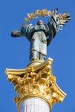 Självständighetmonument i Kiev, Ukraina Denna är en staty av en ängel som göras av koppar och pläterad som guld står på en högväx Royaltyfria Bilder