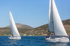 Sjömän deltar i seglingregatta 16th Ellada Royaltyfria Bilder