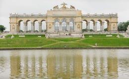 Sjön parkerar in nära den Schonbrunn slotten, Wien Royaltyfria Bilder