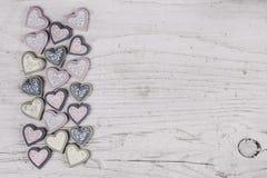 Sjofele elegante grijze houten achtergrond met een inzameling van harten o Stock Foto
