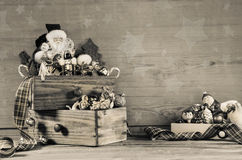 Sjofele elegante houten grijze Kerstmisachtergrond met Kerstmandecorati Stock Afbeeldingen