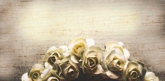 Sjofele Elegante uitstekend nam bloemen grungy achtergrond toe stock foto's