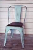 Sjofele kuiken gestileerde stoel op de witte raadsmuur royalty-vrije stock afbeeldingen
