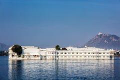 SjöslottJag Niwas lyxigt hotell i sjön Pichola, Udaipur, Rajasthan Arkivbilder