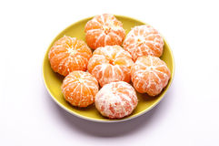 Sju besköt mandariner på tefatet Arkivbilder