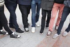 sju bliende tonår tillsammans Arkivfoto