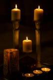 Sju brännande stearinljus i mörkret Arkivfoto
