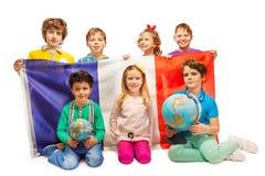 Sju elever som studerar geografi med jordklot arkivfoto