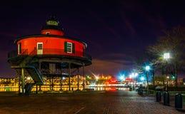 Sju fot rund kullefyr på natten, i den inre hamnen, Balti Royaltyfria Foton