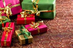 Sju lilla gåvor på en festlig filt Royaltyfri Fotografi
