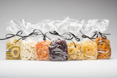 Sju lyxiga plastpåsar av olika torkade frukter för gåva Royaltyfri Foto