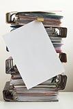 Sju mappar med dokument som staplas i hög på tabellen Royaltyfri Bild