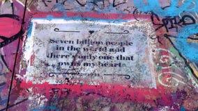 Sju miljard personer Gamla grafitti på väggen lager videofilmer