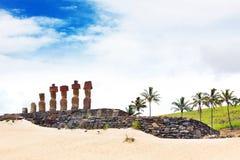 Sju moais som plattforer på stranden Arkivbilder