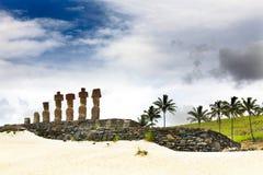 Sju moais som plattforer på stranden Arkivfoton