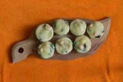 Sju muffin på den wood skärbrädan Royaltyfria Bilder