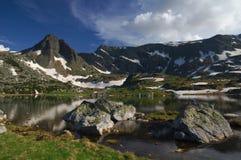 Sju Rila sjöar, Bulgarien - sommar över den tvilling- sjön Arkivbilder