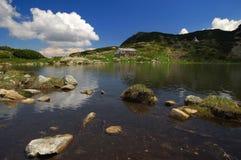 Sju Rila sjöar, Bulgarien - sommar över fisk sjön Arkivbilder