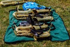 Sju saxofoner på en filt som arbetar på ett sken Arkivfoton