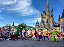 Sju ställa i skuggan performancing på det Walt Disney World Christmas partiet royaltyfria foton