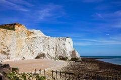 Sju vita kritaklippor för systrar nära Seaford södra östliga Sussex royaltyfria bilder