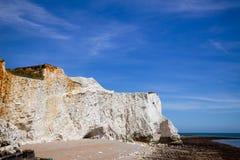 Sju vita kritaklippor för systrar nära Seaford södra östliga Sussex royaltyfri foto