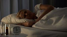 Sjuk äldre kvinnlig sova natt för sjukhussäng hälsovård, pensionärklosterhärbärge arkivfoto