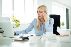 Sjuk affärskvinna på arbete som känner sig opassligt arkivbild