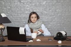 Sjuk affärskvinna som fortfarande i regeringsställning sitter Arkivbilder