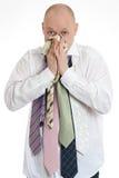 Sjuk affärsman som blåser hans noseSickaffärsman Arkivfoton