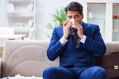 Sjuk anställd som blir hemmastatt lidande från rökkanalen royaltyfri bild