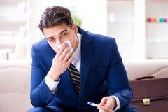 Sjuk anställd som blir hemmastatt lidande från rökkanalen royaltyfria bilder