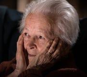 Sjuk deprimerad gammal kvinna Royaltyfri Foto
