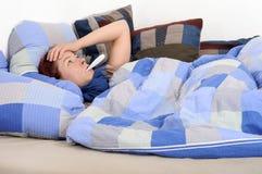 sjuk feberflicka arkivfoto