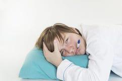Sjuk flicka med termometern Fotografering för Bildbyråer