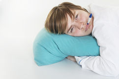 Sjuk flicka med termometern Royaltyfri Fotografi