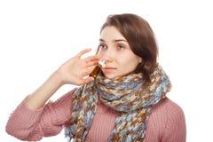 Sjuk flicka som använder nasala droppar Royaltyfri Bild