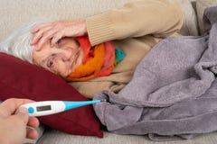 Sjuk hög kvinna - feber royaltyfri fotografi