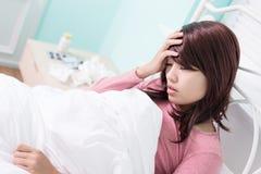 Sjuk kvinna fångad förkylning Arkivfoto