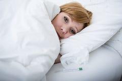 sjuk kvinna i säng med viruset för influensa för vinter för febrigt svagt lidande för termometer den kalla Royaltyfri Fotografi