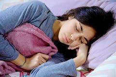 Sjuk kvinna i säng som sover mening dåligt på natten Arkivbild