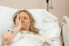 Sjuk kvinna i sjukhus royaltyfri fotografi
